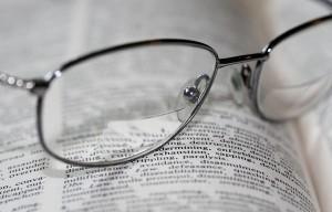 El trabajo diario y el ocio está siempre ligado a visualizar pantallas y papeles (libros, documentos, etc.)